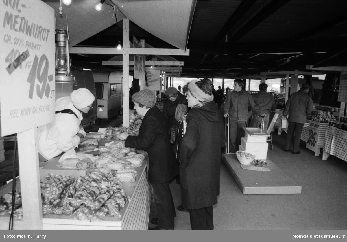 Försäljning av julmat utanför i IKEA i Kållered, år 1983.  För mer information om bilden se under tilläggsinformation.