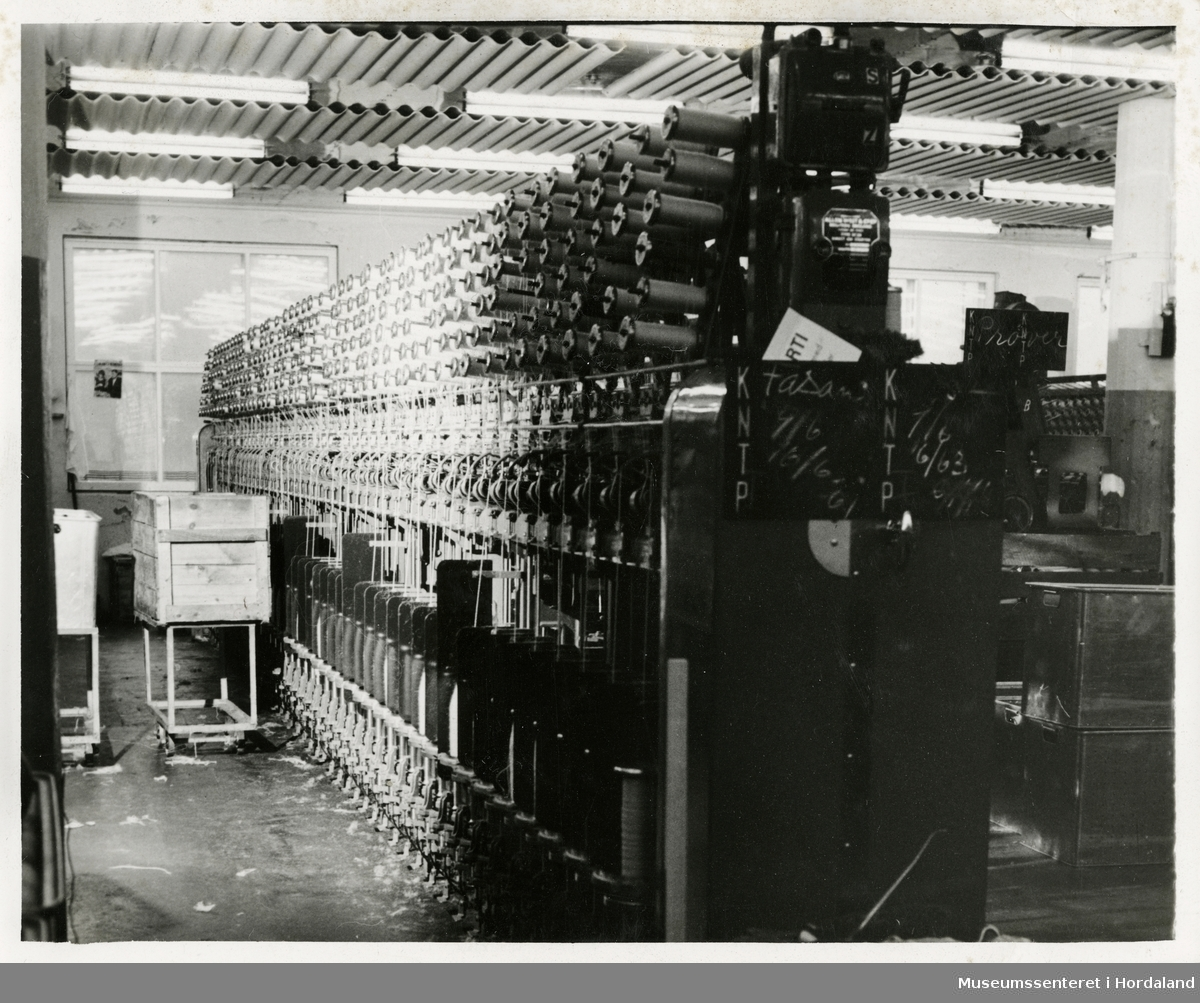 Ringtvinnemaskin i produksjonslokala til Dale Fabrikker. Maskina tvinnar saman fleire trådar til ein.