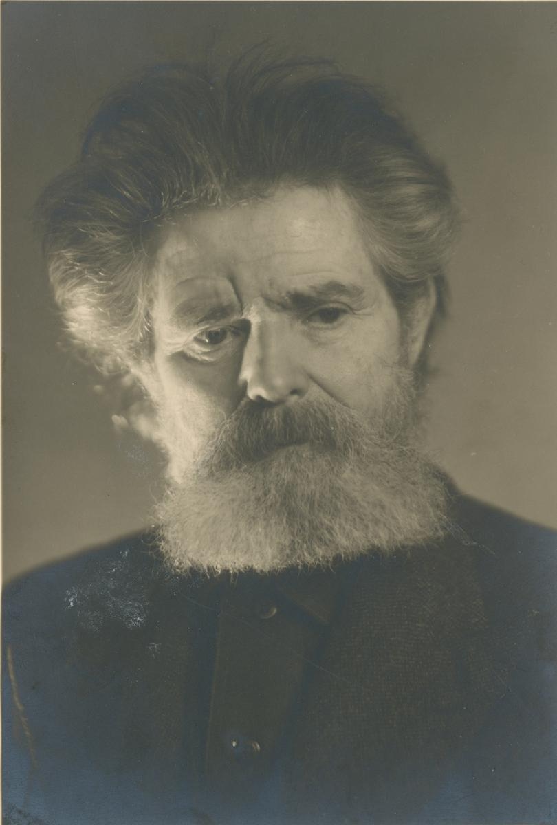 Portrettfotografi av Skjeldrup i fotoatelier.