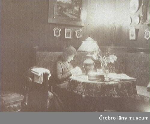 "Rumsinteriör, ""Fars rum"", en kvinna syr.Gerda Thermaenius."