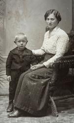 Olstad av Tomter (60/22). Martha Olstad (1894-1983) og et av