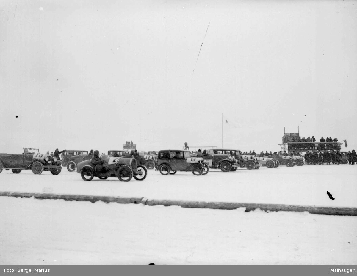 """Mjøsløpet 1934. """"Blandet selskap"""". Nærmeste startnummer 7 er en Bugatti og nr. 6 en Austin Seven."""