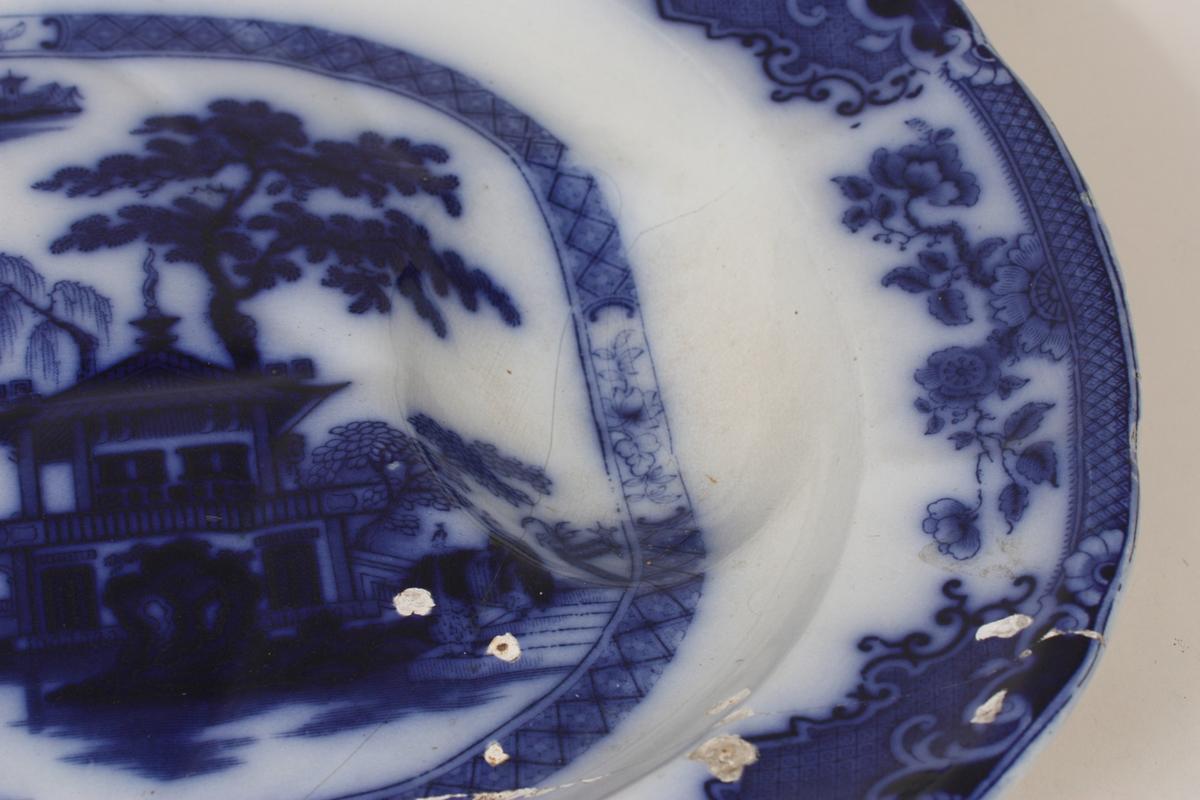 kinesisk landskap med pagodar, båt og bru i pseudo-rokokko