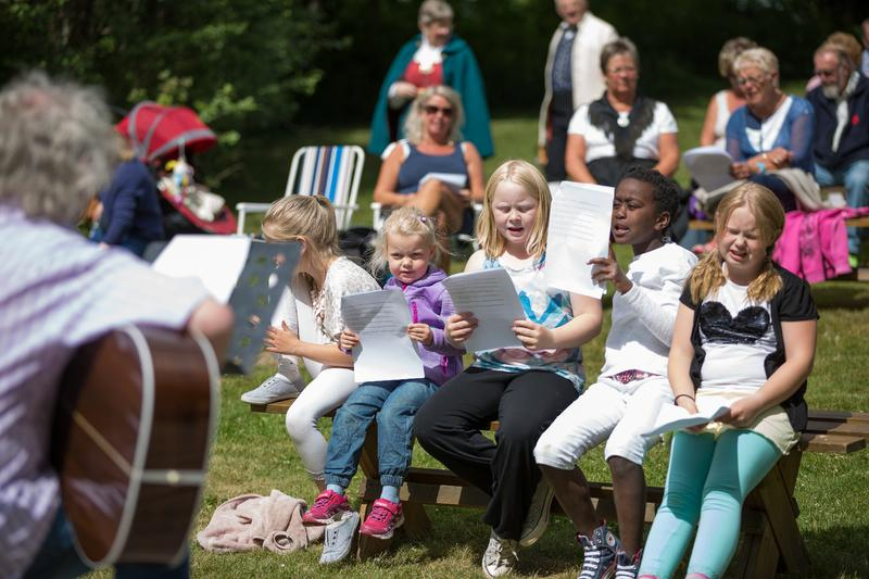 Barn synger til gitarakkompanement
