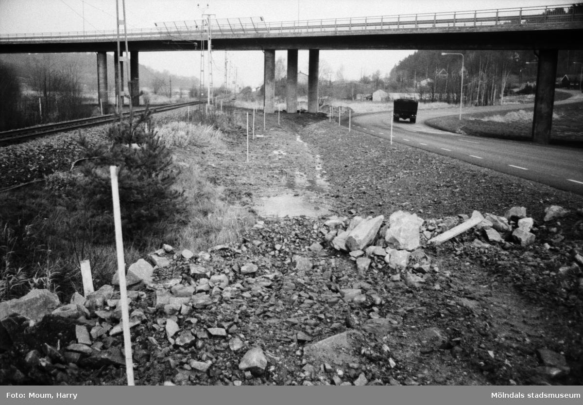 Byggnation av GCM-väg mellan Rävekärr och Kållered, år 1984.  För mer information om bilden se under tilläggsinformation.