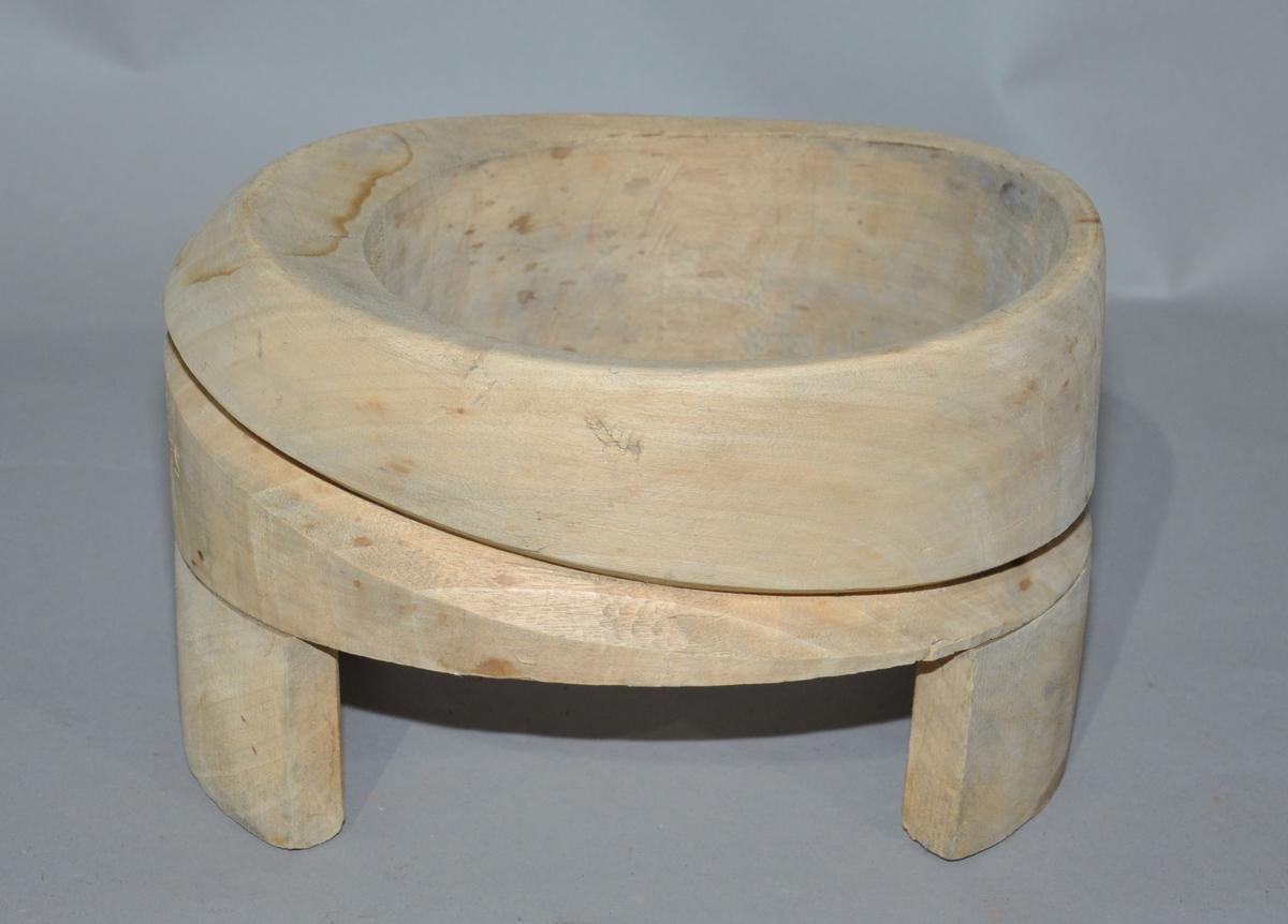 Består av en tykk ring av tre, som står på to trebiter påfestet ved sidene. Langs siden av ringen går det en innskåret linje, linjen er kurvet og varierer i høyde rundt ringen.