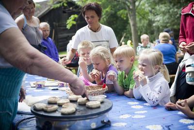 Barn og voksne spiser nystekte rundstykker