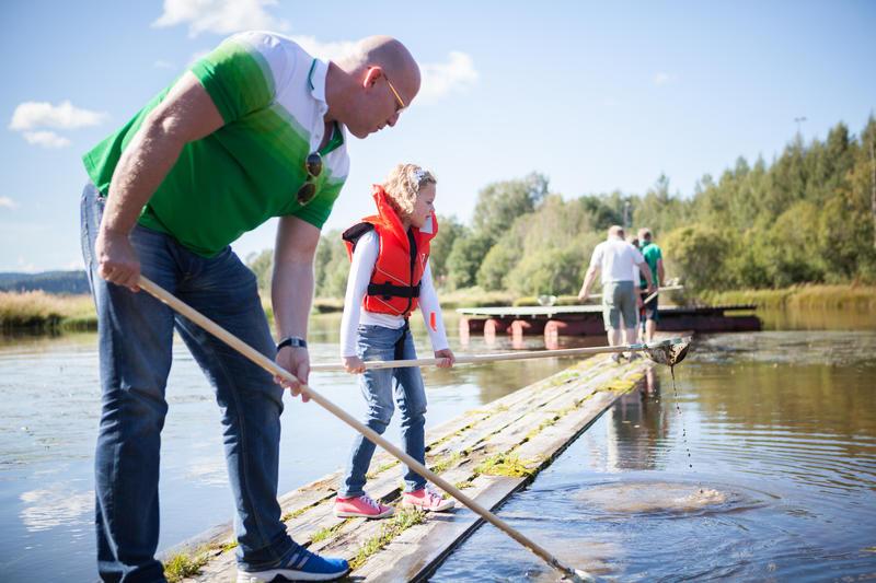 Foto av en far og datter som fanger insekter i vann (Foto/Photo)