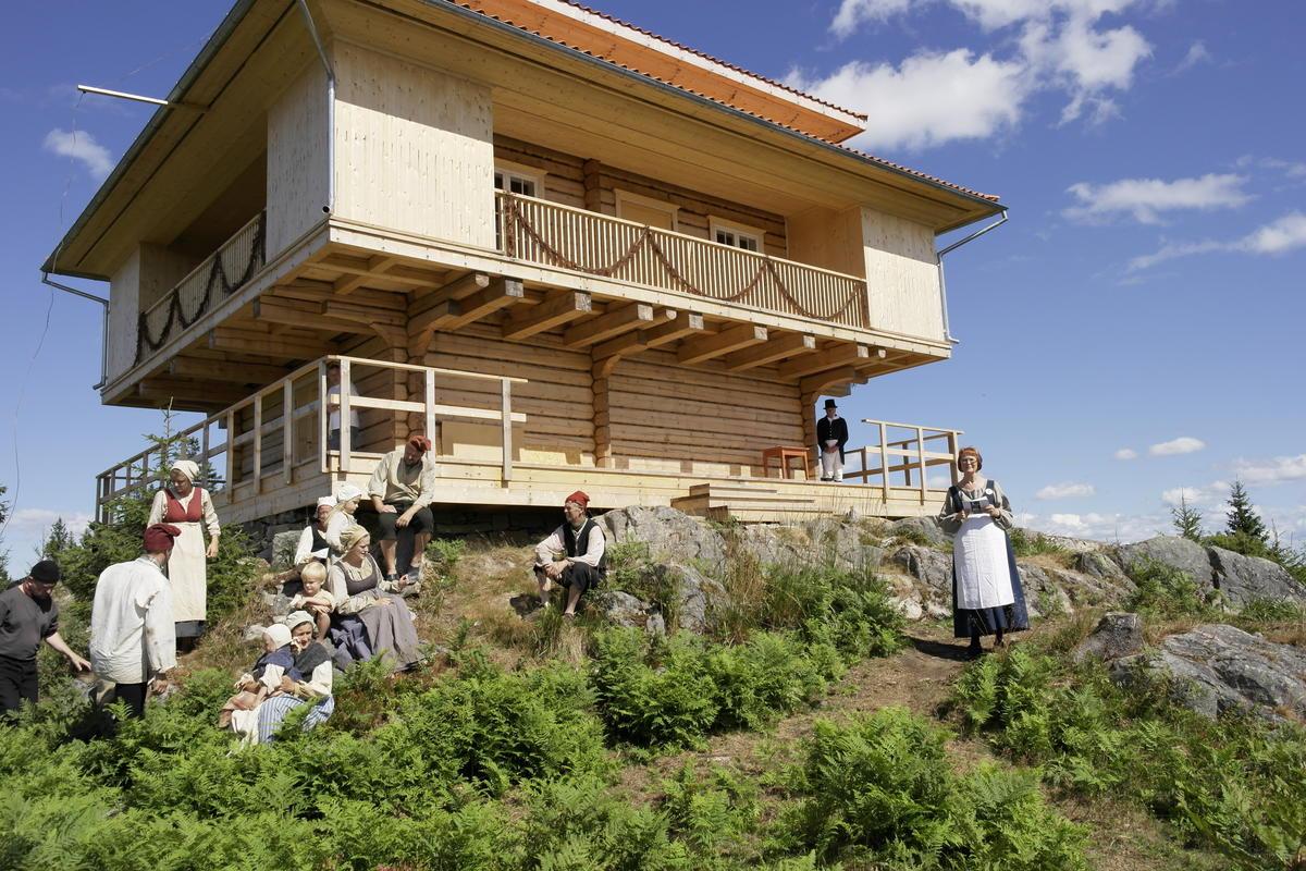 Underholdning foran et lysthus (Foto/Photo)