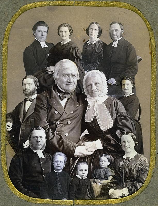 """Gruppbild , Wilhelmina Lagerholms familj. Fotomontage.Längst upp till vänster: Wilhelminas syster Sofia Nikolina """"Siffi"""" Ekström (1832-1903) gift med Albert Ekström, hovpredikant i Vingåker. Till höger: Wilhelminas syster Ingeborg Elisabeth Hildegard Bastholm (1830-1897) gift med kyrkoherde Johan Bastholm (1816-1892).I mitten föräldrarna: Anna Elisabeth (Ann Lisette) Lagerholm (född Ekman) och Nils Fredrik Wilhelm Lagerholm (1791-1866).Till vänster om pappan: Johan Fredrik Lagerholm (1834- ), Wilhelminas bror.Till höger om mamman: Wilhelmina Lagerholm.Längst fram: Wilhelminas bror, Per Didrik Lagerholm (1824-1875), kyrkoherde i Södertälje med första hustrun Juliana Christina Lagerholm, född Åstrand (1827-1864) och tre barn. Dottern heter Juliana Fredrika Lovisa (1862- , gift 1887 med Emil Magnus Ludvig Mannerfeldt)."""