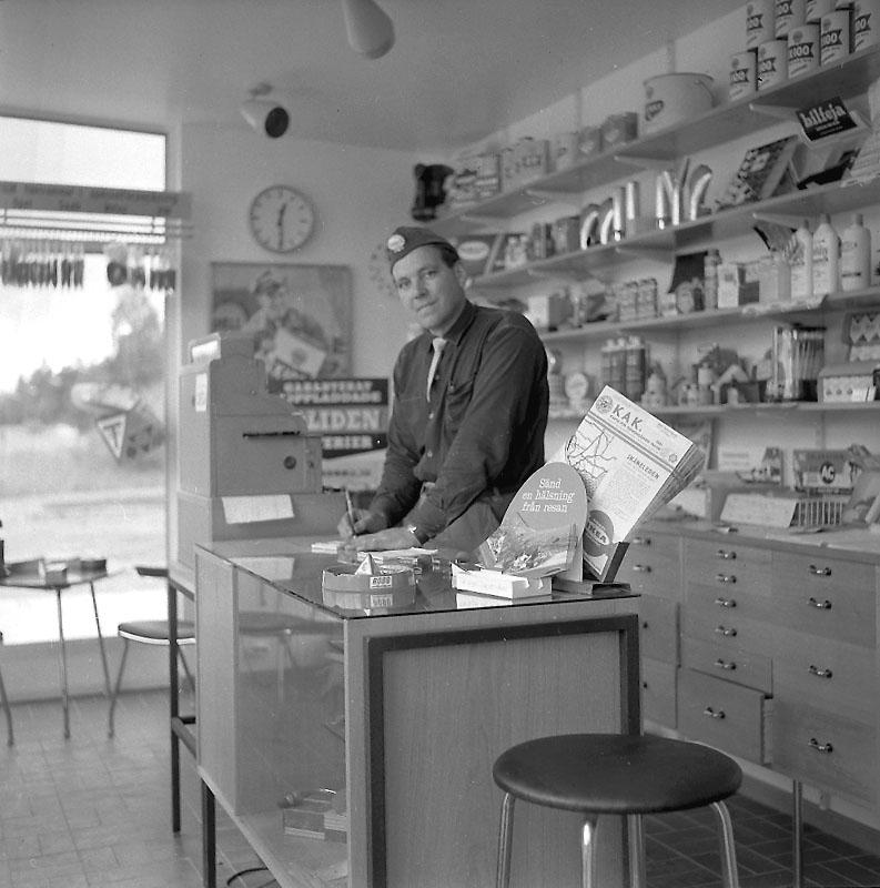 Shell, bensinstation i Kopparberg, interiör, en man. Delägaren Gösta Arvidsson (Den andra ägaren var brodern Holger Arvidsson).