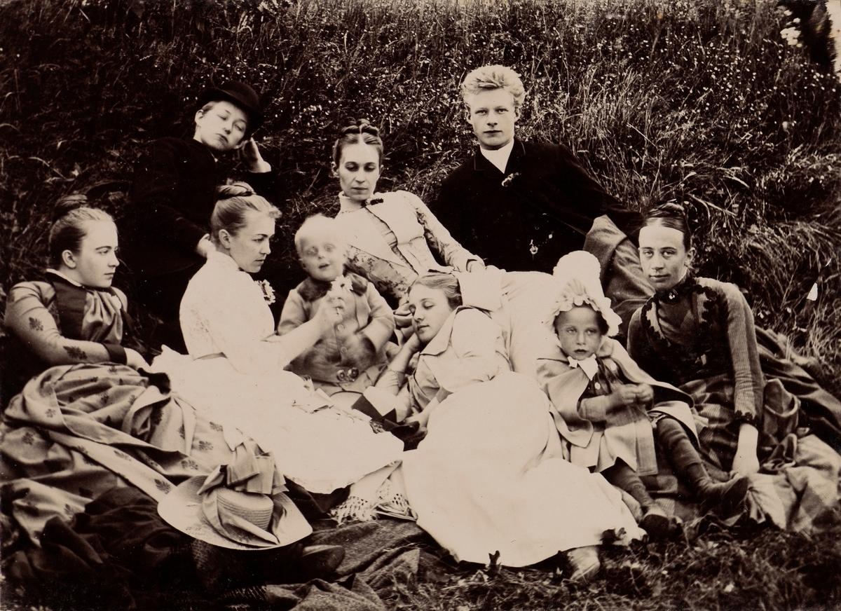 Gruppebilde i gresset på Linderud Gård, bakerst fra venstre: en uidentifisert gutt, Anna Mathiesen, en uidentifisert gutt, foran fra venstre: Louise Mathisen, Agnes Mathiesen, Haaken Christian Christen, Elise Mathiesen, et uidentifisert barn, Regine Bjelke.