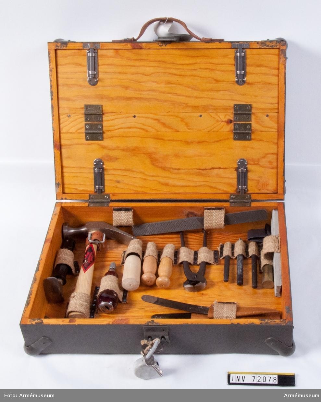 Grupp C III. 1 sats skomakareverktyg i låda med hänglås.