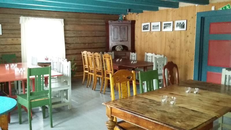Stue med gammeldagste bord og stoler