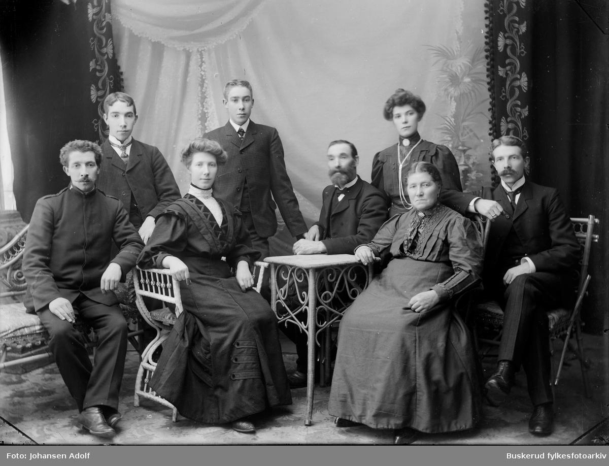Familien Andersen fra Hønefoss Fra v. Martin Andersen, Halvdan Andersen, Martha Gravdal, Carl Andersen,...., Hanna Andersen og Johan Alfred Andersen