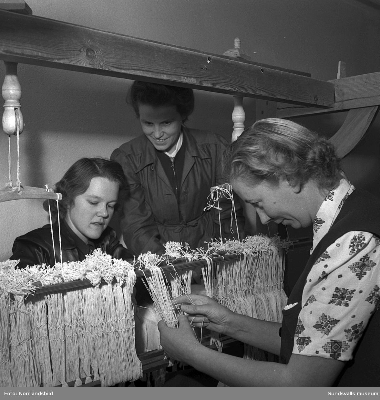 Tre kvinnor på kurs för att lära sig att sätta upp en väv.