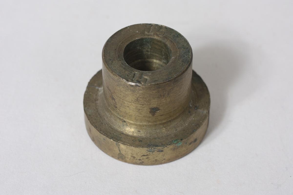 Form: Sylinderforma Indre diam. er 1,4 cm. Talet 15 er stempla på den eine sida.