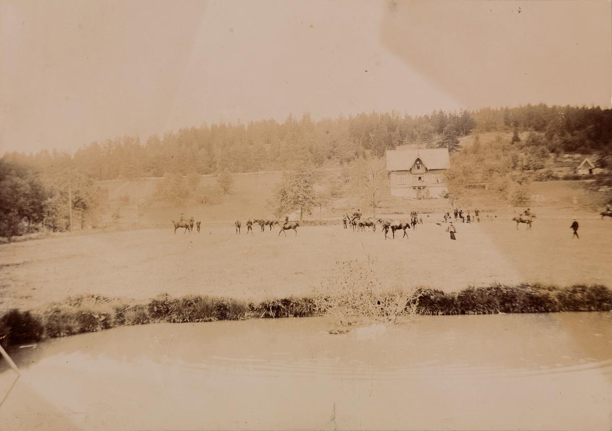 Jaktritt, både mannlige og kvinnelige ryttere på deres hester på Linderud Gård.
