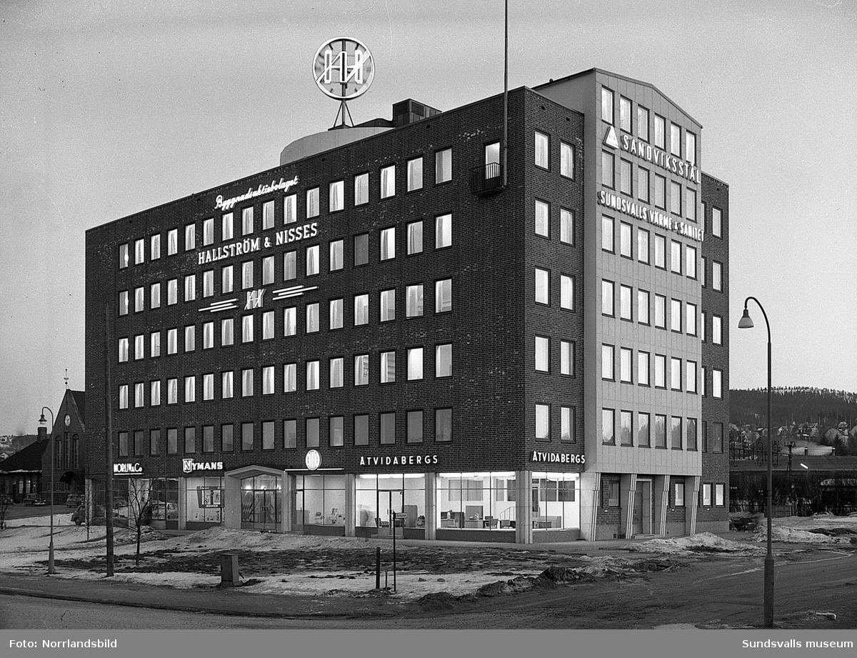 Hallström & Nisses kontorshus vid Landsvägsallén. Exteriörbilder dag och kväll.
