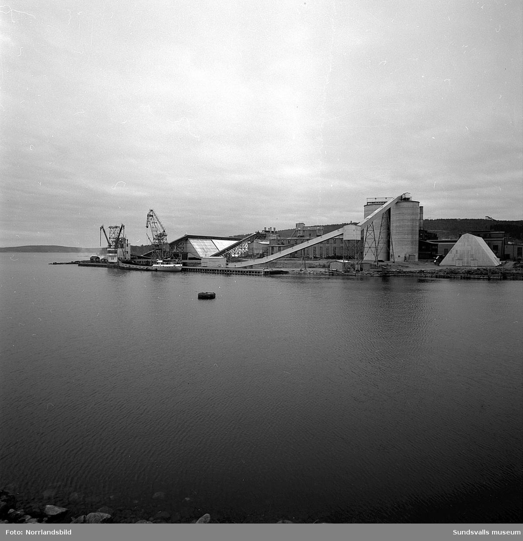 Båten Abel Tasman har lagt till vid kajen utanför Aloxidverken (Gränges, GA Metall) vid Kumo industriområde.