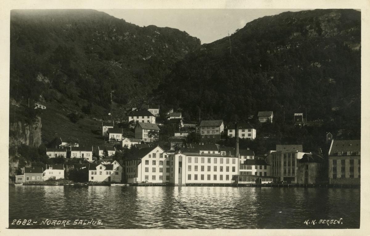 Trikotasjefabrikk i Salhus, rundt to mil frå Bergen sentrum. Fabrikken var i drift frå 1859 til 1989, og produserte undertøy i ull og bomull, strømper, islendarar, sport- og fritidsklede. No held Norsk Trikotasjemuseum til i fabrikklokala.