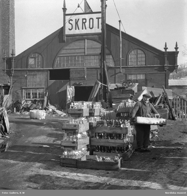 Sortering av tombuteljer vid skrotupplaget i Lignaområdet, Södermalm, Stockholm.