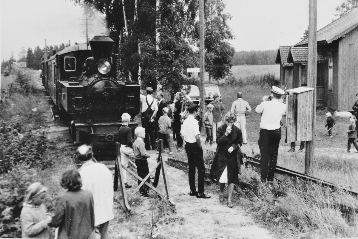 Et av de første museumstogene på Tertitten har ankommet endestasjonen Fossum. Toget trekkes av damplokomotiv 6 Høland.