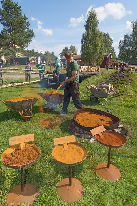 Røsting av myrmalm under De nordiske jakt- og fiskedager 2014. (Foto/Photo)