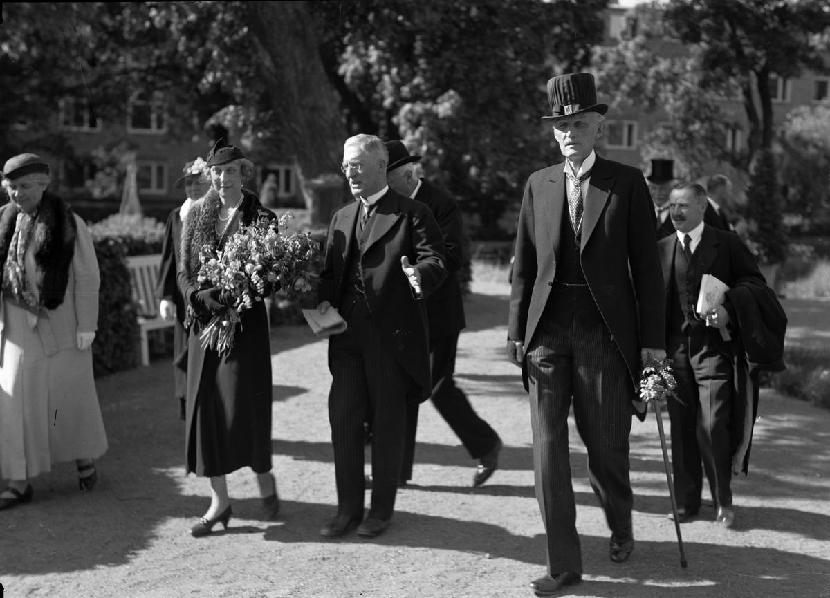Prinsessan Ingeborg med sällskap i Linnéträdgården, Uppsala 1944