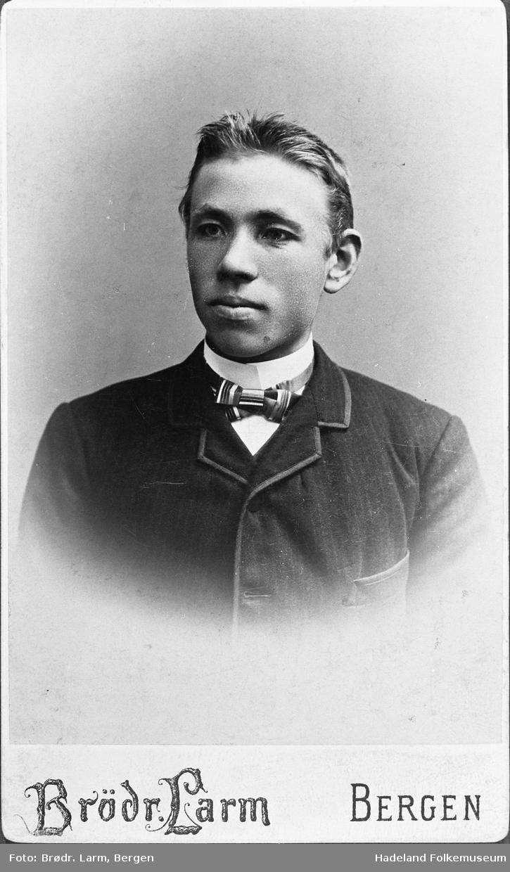 Brystbilde av Sevat Øygard, tatt julen 1892. Han var da student ved Hamar Seminarium.