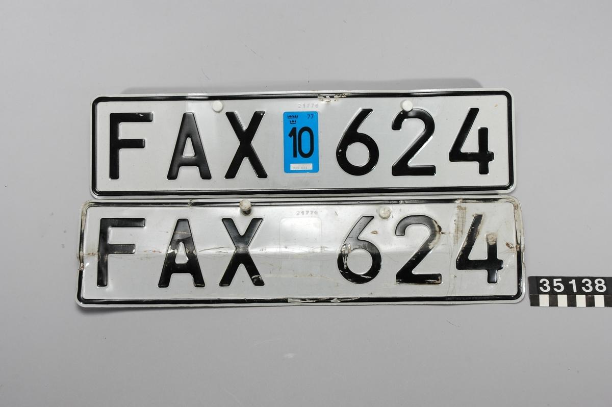 Föremålet består av följande undernummer: TM35130:1 Brandbil med öppen påbyggnad för 13 brandmän.  TM35130:2 Registreringsskylt