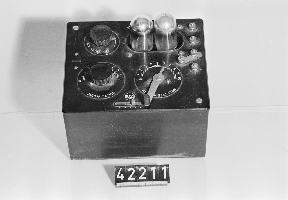 Radiomottagare med två rör, detektor och LF-steg. Långdistansmottagning görs med hörtelefon, lokalmottagning med högtalare. Batteri för anod- och glödspänning.