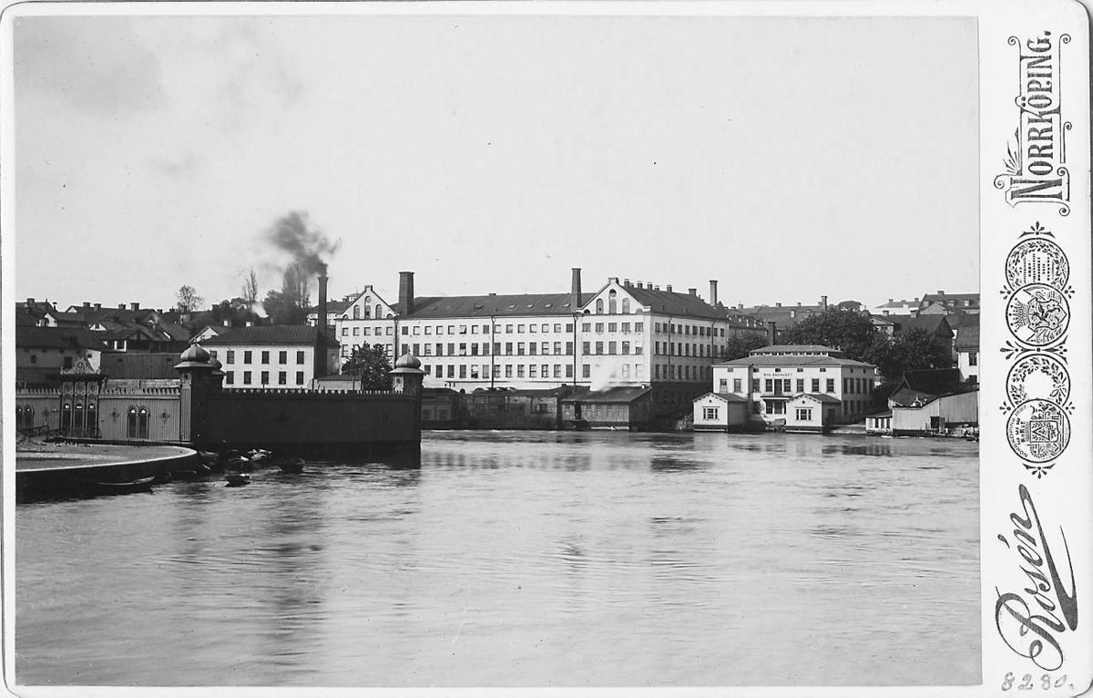 Motala ström i Norrköping med Nya Badhuset.