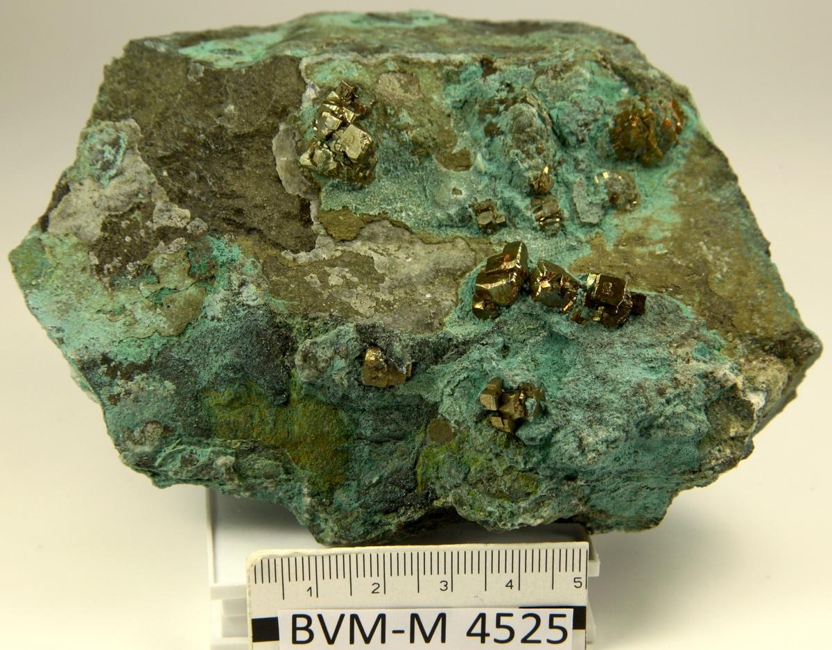 Krystaller med mange flater i matriks.