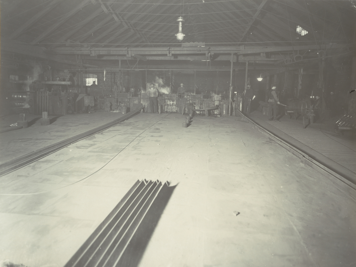 Boxholms Järnverk. Flemminge gamla finvalsverk under pågående trådvalsning omkring 1915.