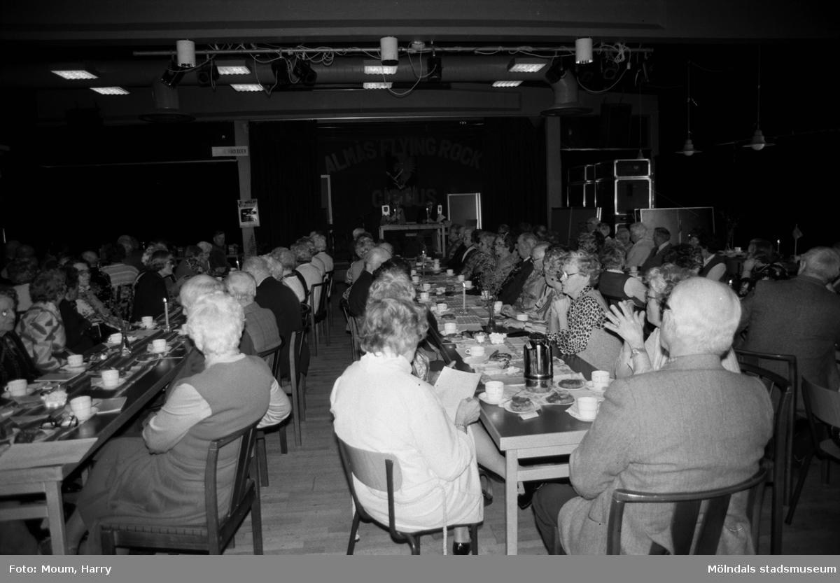 """Lindome PRO har """"påskfest"""" i samband med medlemsmöte på Almåsgården i Lindome, år 1984. """"Det var redan dags för """"påskfest"""" hos Lindome PRO.""""  För mer information om bilden se under tilläggsinformation."""