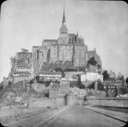 Skioptikonbild med motiv av Mont-Saint-Michel. Bilden har förvarats i kartong märkt: Resan 1904. St. Michel. XII.
