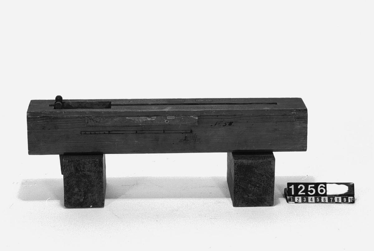 """Modell av kinesisk oljepress. Text på föremålet: """"N:o 134.XII.34 F-a-d-11"""". I Jonas Norbergs förteckning från 1779 beskrivs modellen på följande sätt: """"Modell på en Chinesisk Oljopress , hemförd i dess rätta storlek från China, och beskrefven i Kongl. Vettenskaps=Academiens Handlingar för år 1767, 4:de Quartalet. Af Herr Capit. Ekeberg."""""""