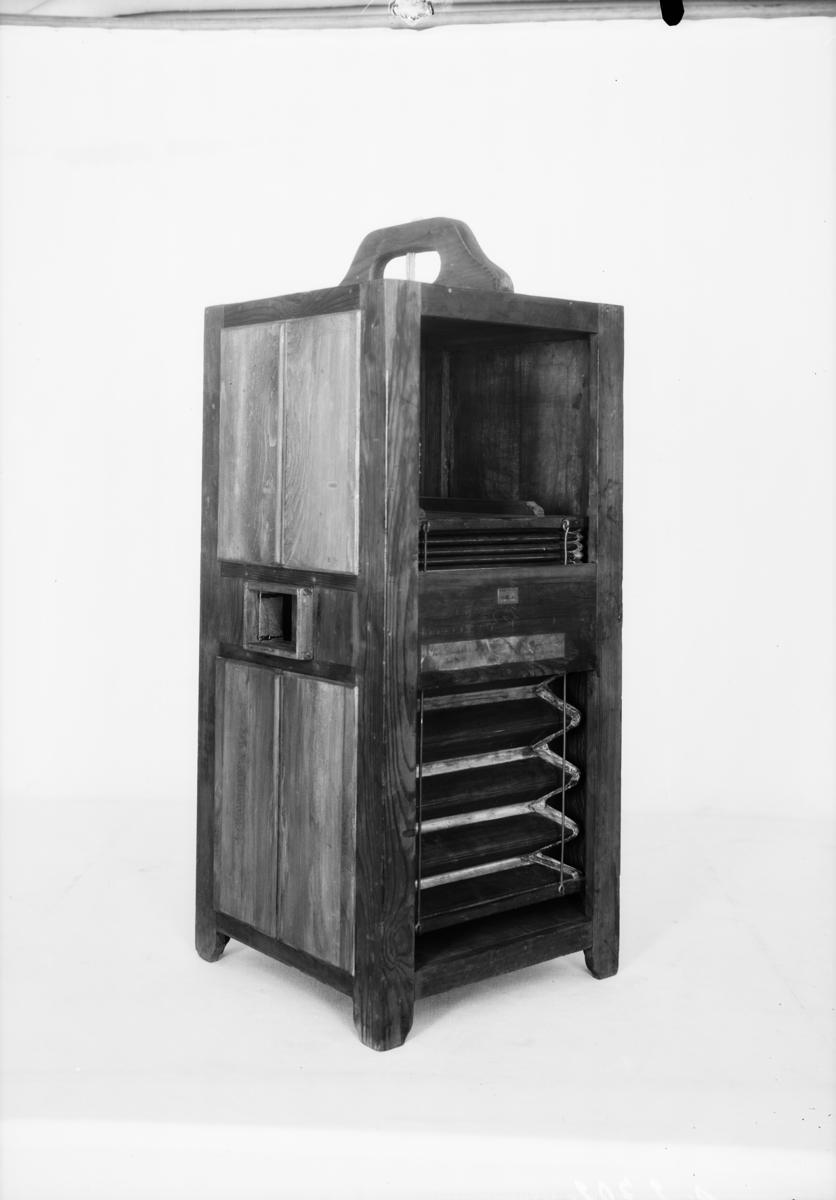 """Modell av Wenturas väderväxlingsmaskin. En form av luftkonditioneringsapparatur. Text på föremålet: """"N:o 138. Modell ........XVIII.A.6."""""""