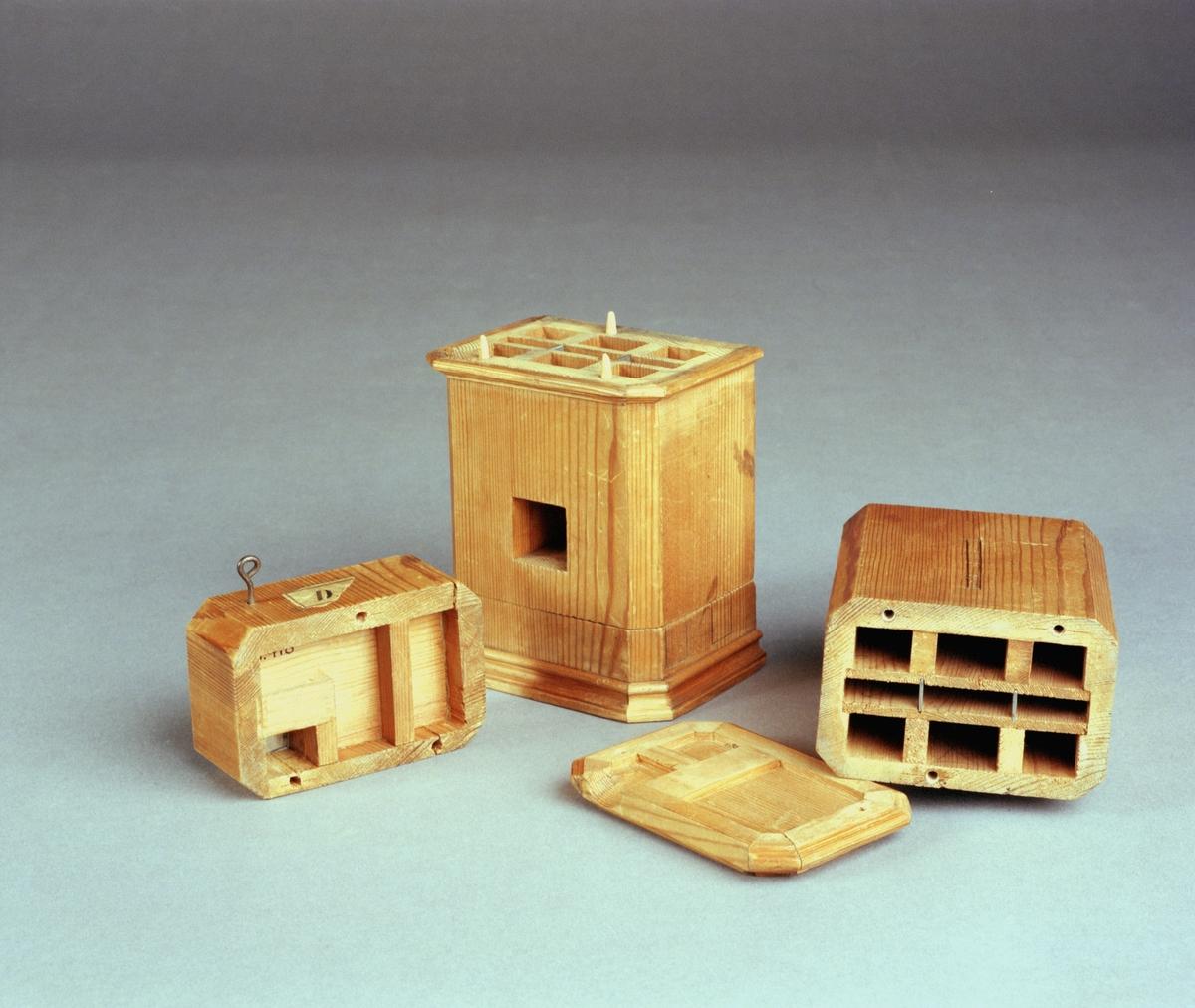 """Modell av kakelugn. Text på föremålet: """"D. ?"""". I Jonas Norbergs förteckning från 1779 beskrivs modellen på följande sätt: """" Modell på kakelugn med 4 rör, som eld och rök går igenom, samt 3 rör genom hvilka värmen spelar, til rummets häftiga upvärmande, och det aldrastarkast, medan elden ännu brinner."""""""