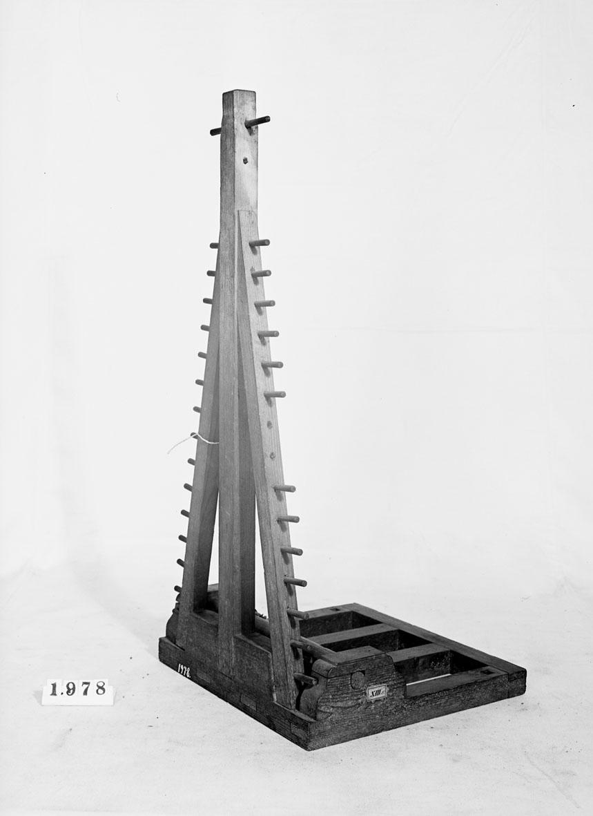 Modell av pålkran. Text på föremålet: XIII.5.