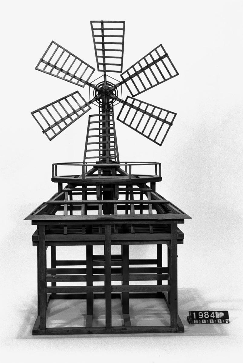 """Modell av åttakantig väderkvarn. I Jonas Norbergs förteckning från 1779 beskrivs modellen på följande sätt: """"Modell på en ottkantig Holländsk Wäderqvarn, stående på Södermalm. På detta Modell är allenast timmerverket gjort, emedan innanredet är lika med näst föregående [TM 1985], fast icke med 3 par stenar. """""""