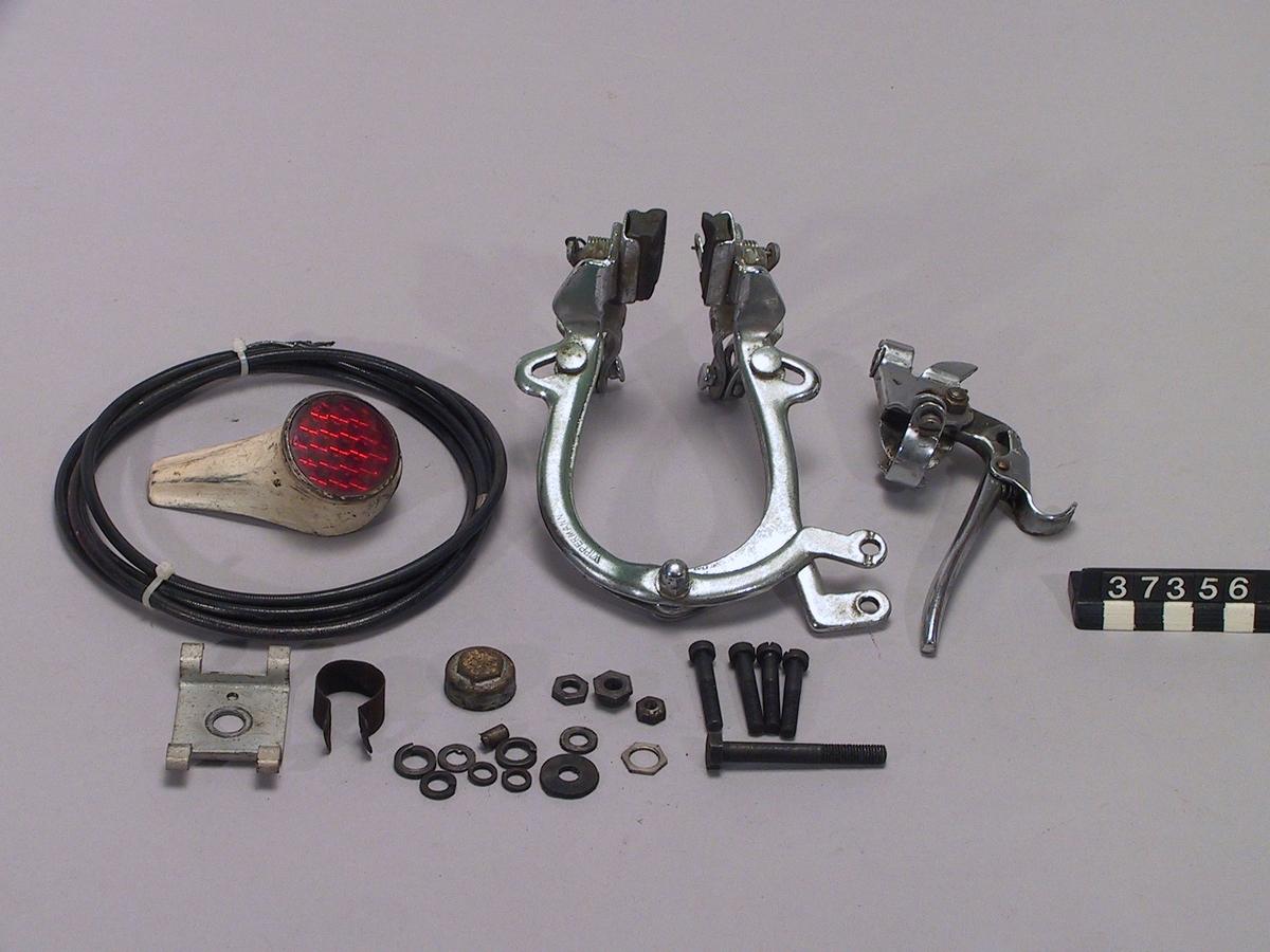 Hjälpmotor som monteras i bakhjulet på en cykel, i detta fall i ett 28 tums hjul. Amal förgasare och Wico Pacy elsystem. Gasreglaget sköts med tummen och kopplingshandtaget med en spärr sköts med den andra handen. Tankvolym 1,3 liter, bränsleförbrukning 0,1 liter per mil. Motornummer 084280.  Encylindrig tvåtaktsmotor, cylindervolym 32 cc Cylindervolym 25,7 cc, cylinderdiameter 32 mm Slaglängd 32 mm Vikt med hjul 15 kg Däckdimension: 28x1. Tillbehör: Handbroms (reglage/backar/wire), kattöga.