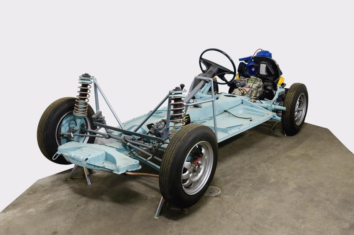 Chassi, motor och transmission med genomskurna detaljer. Liggande boxermotor. Modellbeteckning 1232. Chassinummer 11 2286 3201.  Fyracylindrig luftkyld bensinmotor, cylindervolym 1,6 liter Effekt 37 hk vid 4 000 varv/minut