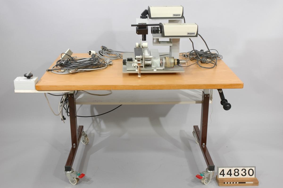 Prototyp till filmavläsningenhet för EFC, Electronic Film Conforming. Med två videokameror Ikegami ITC-410. På höj- och sänkbart bord tillverkat av Avebe, försett med eluttag och snabbspolningskontroll,mått: L-855mm,B-1326mm,H-670-932mm.