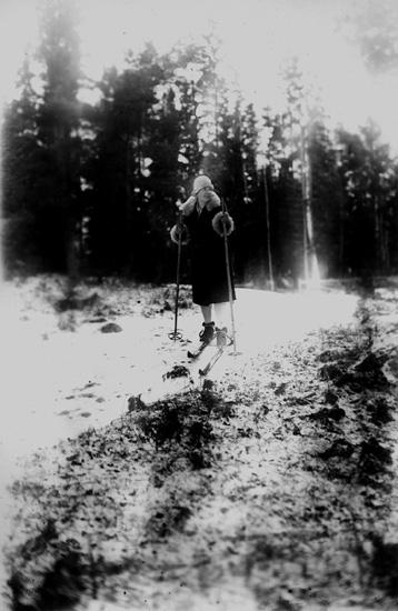 Skidåkning, en flicka.Vintermotiv.Thea Elfrida Olsson, Erik Theon Olssons dotter.