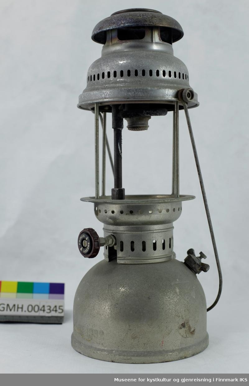 Lampen har en drivstoffbeholder med fyllåpning med skrulokk og en pumpe. Den brukes til å skape trykk i beholderen som så presser drivstoffet gjennom forgasseren slik at den fordampes og forbrennes i en glødestrømpe.  I tillegg befinner det seg et hjul på motsatt side som regulerer strømingsmengden av drivstoffet. Der lyset oppstår, skulle det være et sylindrisk glass som mangler. Et glass kan settes inn ved å løse de to skruene som holder håndtaket. Slik kan den øvre delen av lampen løftes av.