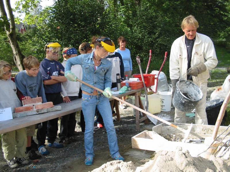 Her lærer barna å blande kalkmørtel til muring av kalkmur. (Foto/Photo)