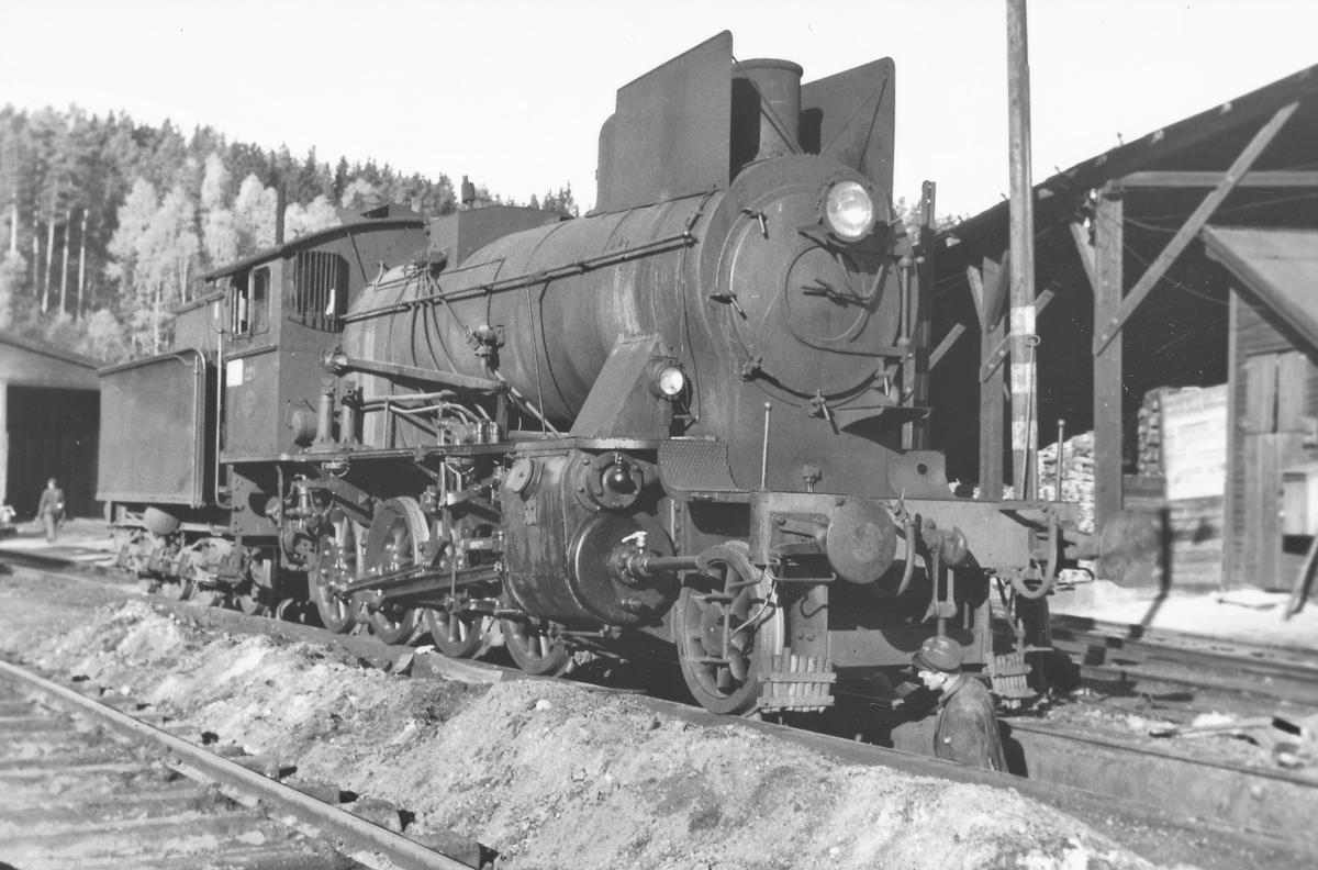 Damplokomotiv 24b 221 utenfor lokstallen på Hønefoss.