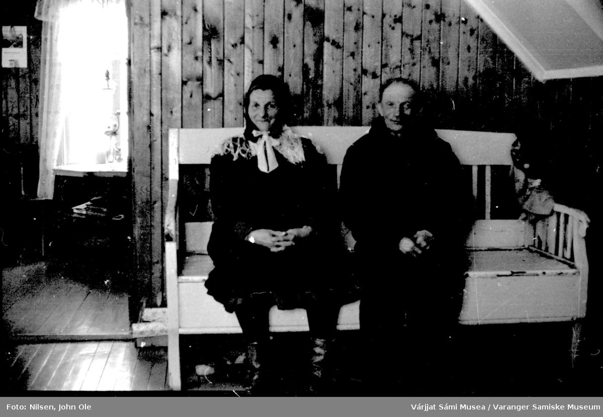 Eldre par som sitter på en trebenk. April 1966.
